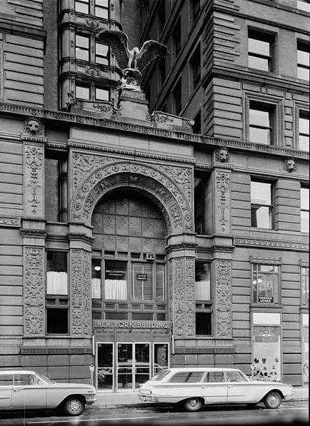Entrance to the New York Life Building along Minnesota Street